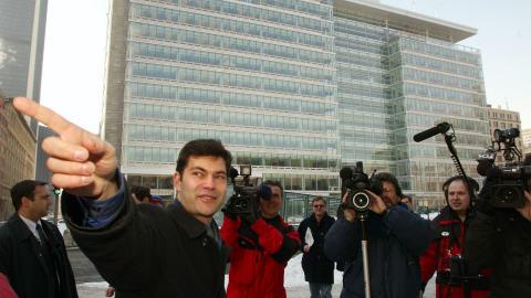 Mario Dumont devant le siège de la Caisse de dépôt en 2003.