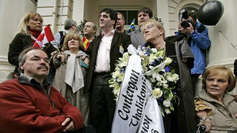 Des victimes de la thalidomide manifestent à Londres, devant l'ambassade d'Allemagne.