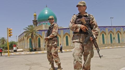 Soldats irakiens devant une mosquée de Bagdad