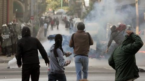 Des jeunes affrontent la police à Athènes