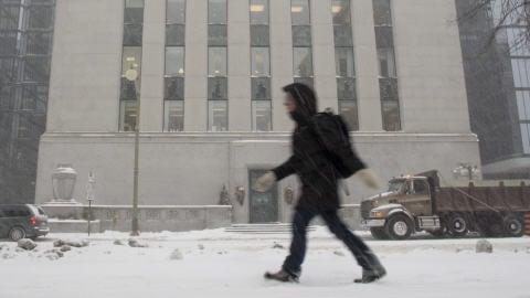 Neige sur la Banque du Canada en décembre. (archives)
