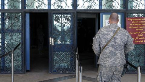 Un soldat américain pénètre à l'intérieur de la Cour où a comparu le journaliste qui a lancé ses chaussures au président Bush