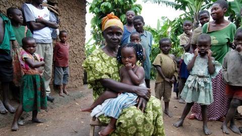 En décembre 2007, les Ougandais du village de Kirindi ont répondu à l'appel de la Croix--Rouge, qui affirmait qu'ils auraient pu être en contact avec le virus.