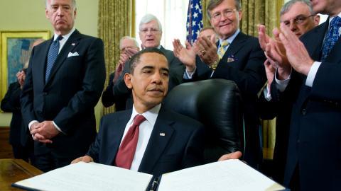 Barack Obama présentant le décret ordonnant la fermeture de la prison de Guantanamo.