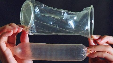 Des condoms, pour femme en haut, pour homme en bas