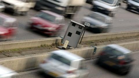 Un radar photo sur une route française