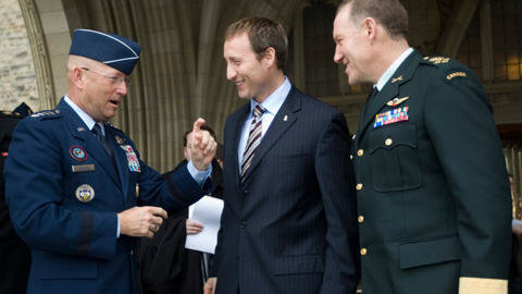 Le ministre Peter MacKay et le chef d'État-major Walter Natynczyk accueillent le général Gene Renuart du NORAD.