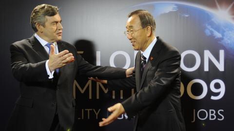 Le PM britannique Gordon Brown accueille le secrétaire général de l'ONU Ban Ki-moon à son arrivée au sommet.
