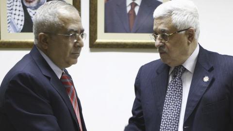 Salam Fayyad en remettant sa démission à Mahmoud Abbas