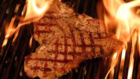 Un steak sur le barbecue