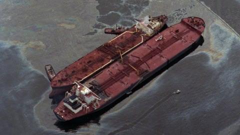 L'Exxon Valdez, à droite, tente de transférer le reste de sa cargaison de pétrole à l'Exxon Baton Rouge (à gauche), deux jours après l'accident.