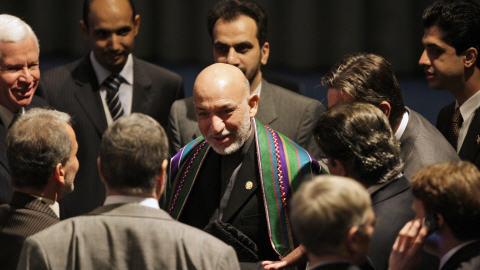 Le président Hamid Karzaï rencontre différents diplomates, dont le vice-ministre iranien des Affaires étrangères (en complet rayé, en bas à gauche).