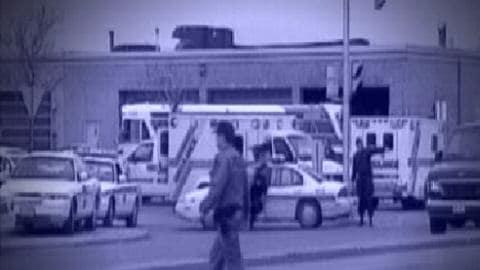 Les véhicules d'urgence devant le garage d'OC Transpo en avril 1999.