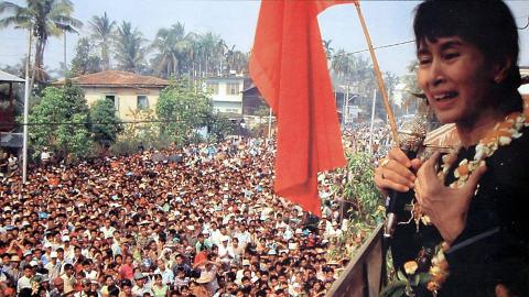 Aung San Suu Kyi s'adresse à des partisans. Cette photo aurait été prise en décembre 2002 dans l'État d'Arakan.