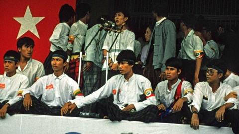 Aung San Suu Kyi, lors de son premier discours public à Rangoon, le 26 août 1988.