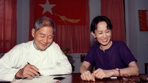 Aung San Suu Kyi, le 13 juillet 1995, trois jours après que son assignation à résidence eut été levée.