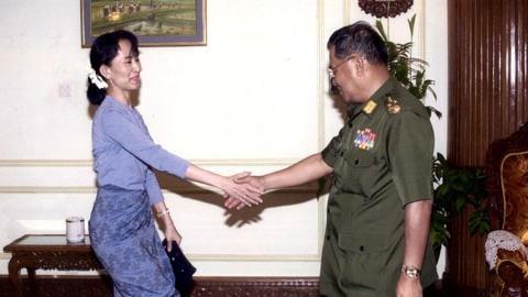 Photo non datée d'Aung San Suu Kyi serrant la main du général Than Shwe.