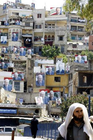 Paysage placardé de pancartes électorales dans le caza de Tripoli, au Liban.