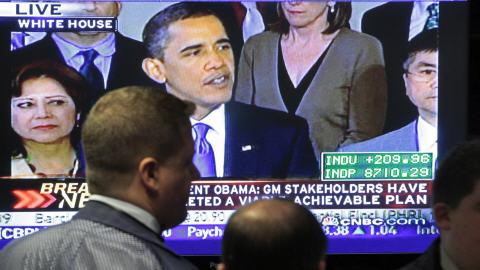 Des courtiers new-yorkais écoutent la déclaration du président Barack Obama.