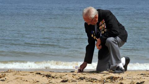 Un vétéran britannique se recueille sur la plage de Colleville-Montgomery, où il débarquait le 6 juin 1944.