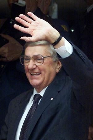 Roméo LeBlanc quitte Rideau Hall, en 1999.