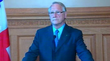 Gérald Tremblay se défend devant les allégations de <i>La Presse</i> sur une affaire de corruption à l'hôtel de ville.