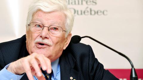 Paul Gérin-Lajoie lors d'une conférence de presse d'appui aux commissions scolaires en 2008