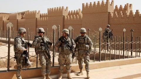Militaires américains sur le site archéologique de Babylone.