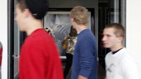 Adolescents dans un centre d'achats