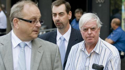 Earl Jones, à droite, au second plan, accompagné de son avocat Jeffrey Boro, à gauche (archives)