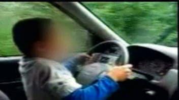 Vidéo montrant un jeune de 7 ans conduire une voiture