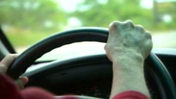 Personne âgée au volant