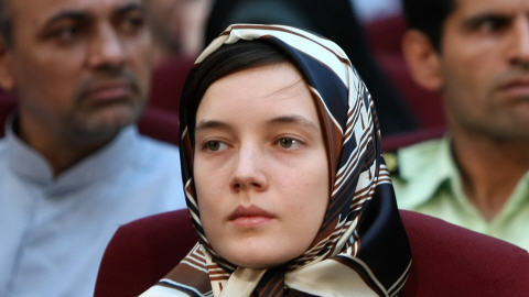 La Française Clotilde Reiss. À gauche, le journaliste Ahmad Zeidabadi.