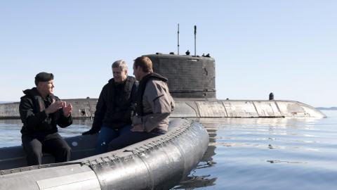 Walter Natynczyk, Stephen Harper et Peter MacKay se dirigent vers le sous-marin NCSM Cornerbrook