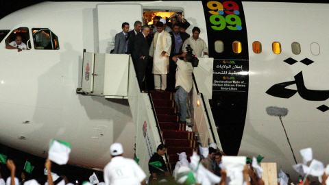 Abdelbaset Ali Mohamed Al-Megrahi, à son arrivée à l'aéroport de Tripoli, jeudi, avec le fils de Mouammar Kadhafi, Seif Al-Islam (20 août 2009)