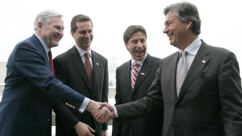 Michael Wilson (à gauche) serre la main à Gary Doer à l'ambassade canadienne en septembre 2007, sous le regard des premiers ministres ontariens Dalton McGuinty et néo-brunswickois Shawn Graham.