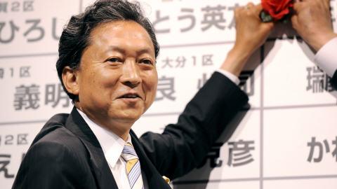 Le chef du parti démocrate du Japon, Yukio Hatoyama, marque sa victoire en plaçant une rose sur la liste des candidats de son parti à son bureau de campagne, à Tokyo, le 30 août 2009.