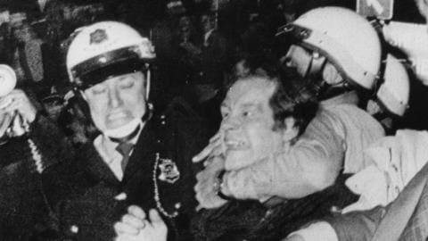 Pierre Bourgault, chef du Rassemblement pour l'indépendance nationale, est arrêté lors des émeutes de la Saint-Jean-Baptiste, en 1968.