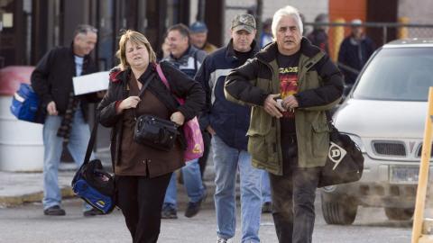 Des travailleurs sortant d'une usine d'Oshawa en Ontario.