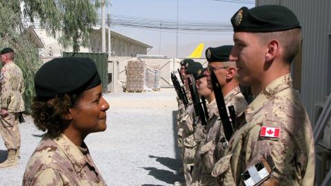 La gouverneure générale Michaëlle Jean procède à l'inspection de la garde à la base de Kandahar.