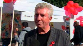 Gilles Duceppe répond à une question d'un journaliste, lors du marchethon pour la lutte au sida, à Montréal.