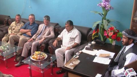 Ben Rowswell (troisième à partir de la gauche) en juin lors d'une rencontre dans le district de Deh-e Bagh