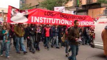 Des participants à la manifestation dans les rues de Montréal
