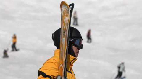 Un skieur portant un casque à Mont-Tremblant