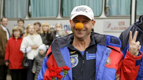 Les services de sauvetage russes transportent le touriste de l'espace Guy Laliberté après son atterrissage près de la ville de Arkalyk, au Kazakhstan, le 11 octobre 2009.