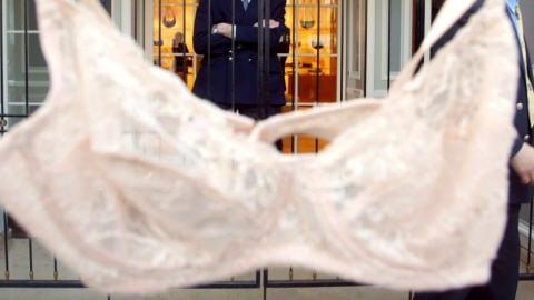 Un soutien-gorge suspendu devant une boutique de lingerie, en France, en 2002