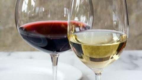 Des verres de vin blanc et rouge