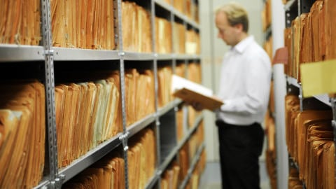 Un archiviste dans les archives de la Stasi.