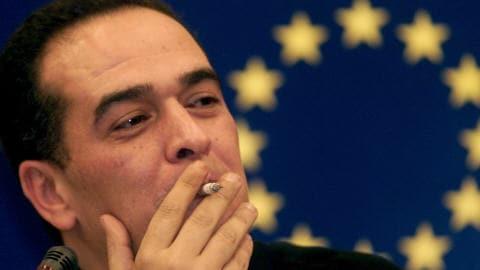 Le journaliste Taoufik Ben Brick lors d'une conférence de presse au Parlement européen en 2006