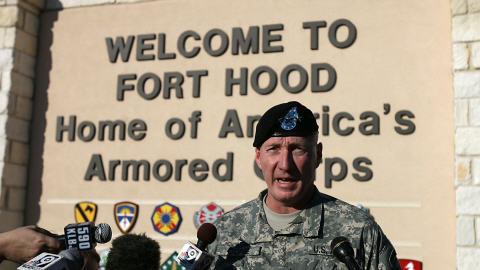 Le lieutenant-général Robert Cone donne une conférence de presse après la tuerie à la base de Fort Hood.